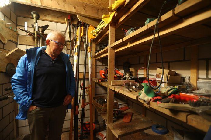 Martien Hendriks van De Specht in Handel baalt ervan dat inbrekers aan de haal zijn gegaan met de gereedschappen die de vrijwilligers nodig hebben om in de natuur rond het centrum te werken.