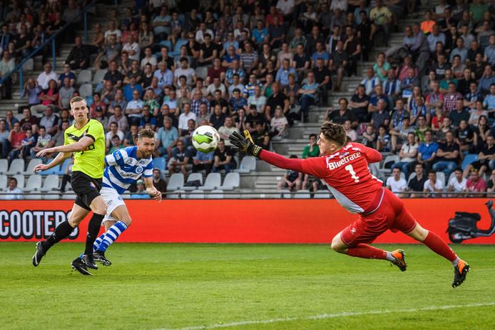 Rody de Boer voorkomt een treffer van De Graafschap speler Fabian Serrarens.