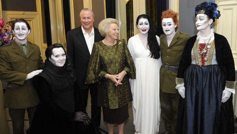 Koningin Beatrix na afloop van de voorstelling The Life and Death of Marina Abramovic op het Holland Festival in Carré. Beeld ANP