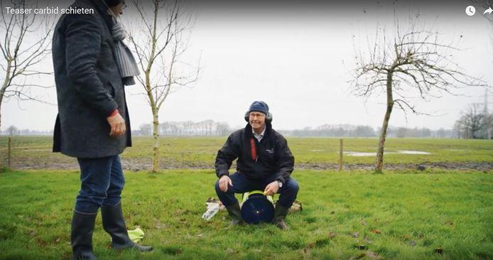 Burgemeester Theo Segers van Staphorst krijgt les in carbid schieten van burgemeester Bort Koelewijn van Kampen.