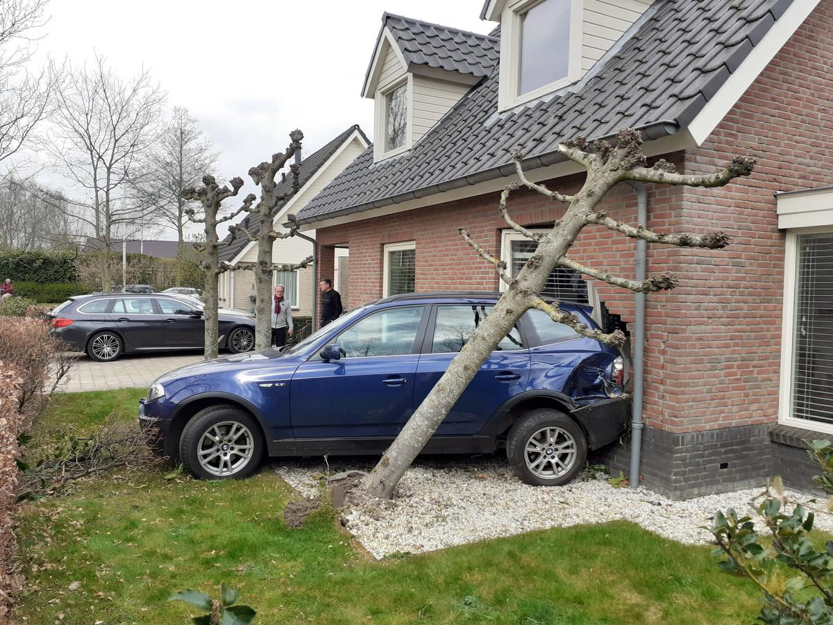 De BMW reed achteruit de woning in waar bewoonster Linda op de bank zat.