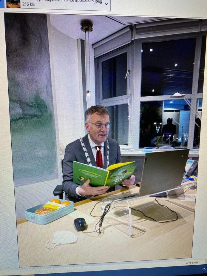 Burgemeester Hans Janssen leest op het gemeentekantoor online voor uit 'Coco'.