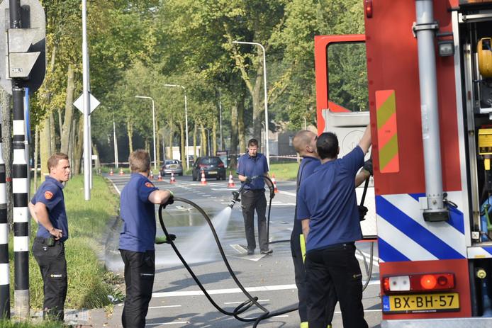 Om de reconstructie zo veel mogelijk op de omstandigheden van die bewuste zaterdag te doen lijken heeft de brandweer het wegdek nat gespoten