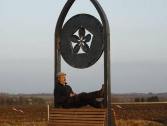 """Beeldhouwer restaureert eigen kunstwerk na herhaaldelijk vandalisme, maar weigert gemeenschapsgeld: """"Ik wil niet dat de Landenaar opdraait voor iets wat hij niet heeft gedaan"""""""