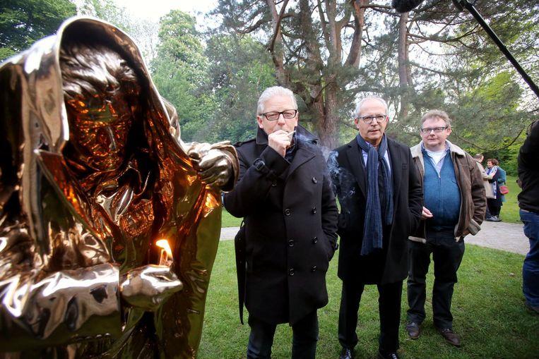 Jan Fabre bij zijn gerestaureerd beeld, met Renaat Landuyt en Filip Demeyer.