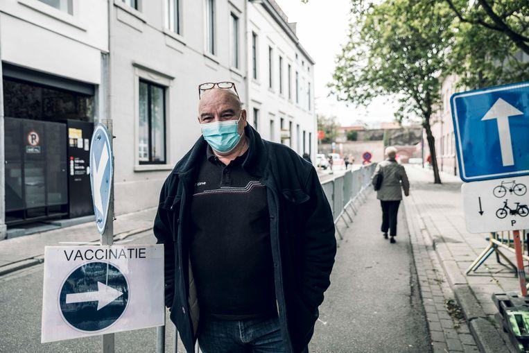 Omer Vanolst (61) aan het vaccinatiecentrum van de stad, waar hij om zijn eerste prik komt. Beeld Karolien Coenen