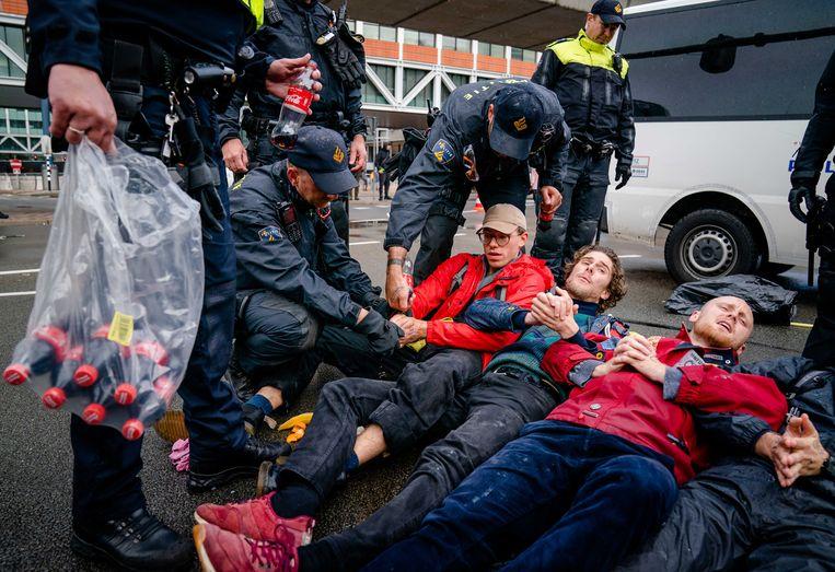 Klimaatactivisten van Extinction Rebellion voeren actie in Den Haag. De gearresteerde AD-journalist staat niet op de foto.  Beeld ANP