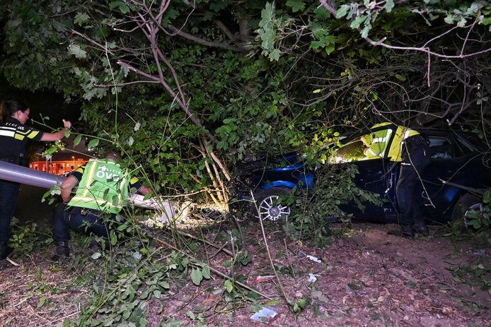 Automobilist zwaargewond bij eenzijdig ongeluk in Tilburg.