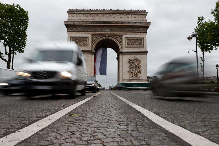 Verkeer bij de Arc de Triomphe in Parijs. Beeld EPA