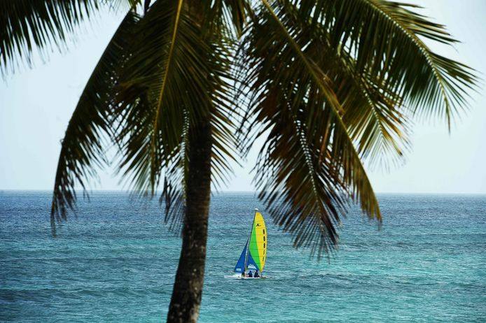 Zeilboot aan de kust van Bridgetown, Barbados