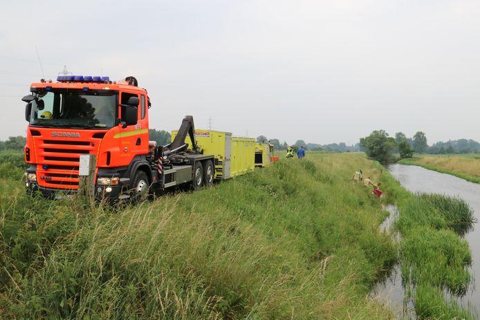 De brandweer is ter plaatse om water weg te pompen.