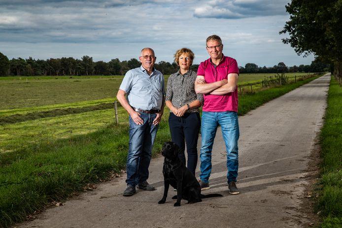 Piet en Odette Speelman met adviseur Gerrit Tuten (links) op het land van de familie Speelman, vlak naast het Boetelerveld (links).
