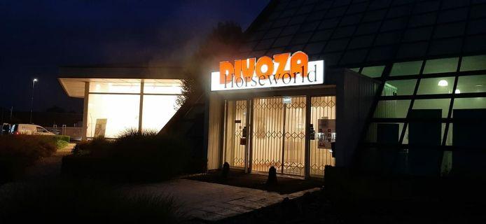 Het leek erop dat er brand was uitgebroken bij Divoza Horseworld in Enschede, maar het betrof het rook inbraakalarm.