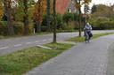 Een troosteloze aanblik aan de Koekoeksweg in Olst. Twee dagen lang lag het oorlogsmonument in de berm op zijn kant in het gras. Inmiddels is het stenen eerbetoon door de gemeente weer hersteld.