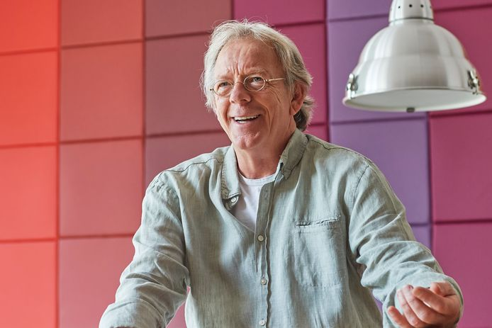 John Blummel (muziekdocent) stopt na 36 jaar Maaslandcollege. Hier is hij in de lerarenkamer waar hij normaal maar weinig was.