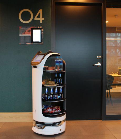 Robot 'Hetty' serveert bij Van der Valk de koffie: 'Het moet uiteindelijk geld opleveren'