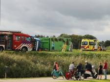 Vrachtwagen kantelt in IJsselmuiden, chauffeur gewond