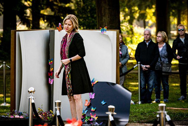 Minister Cora van Nieuwenhuizen van infrastructuur en waterstaat legde afgelopen september in Oss een krans tijdens de onthulling van het herdenkingsmonument voor de kinderen die overleden bij het Stint-ongeluk in 2018. Beeld ANP