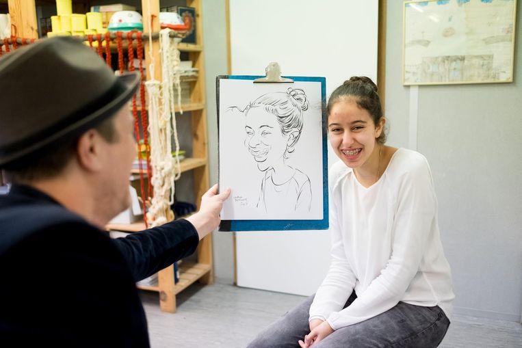 Frank Bervoets met zijn werk van een van de leerlingen.