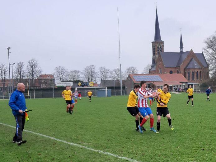 Een beeld uit de Derby van de Zak tussen Hoedekenskerke/Kwadendamme (geel) en DwO'15 van vorig seizoen.