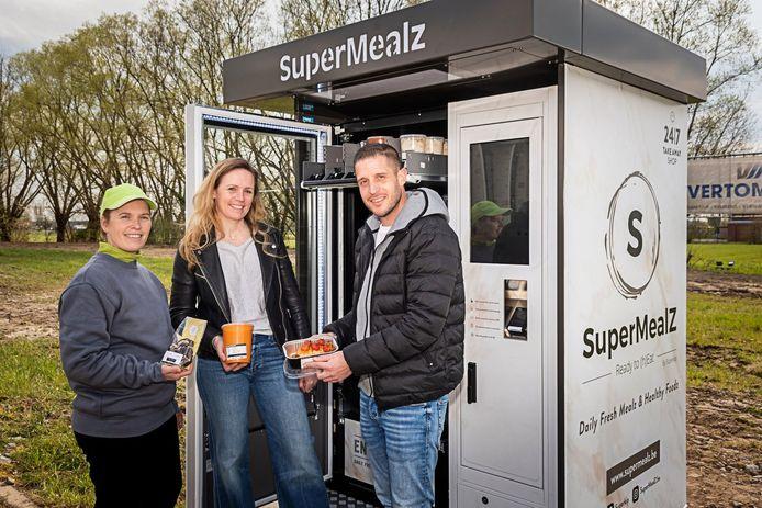 Vanessa en Valerie Haegeman en Cédric Van de Bossche bij de automaat aan de Mechelbaan