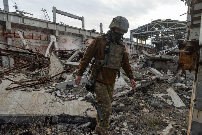 Een Oekraïense soldaat gisteren in Donetsk.