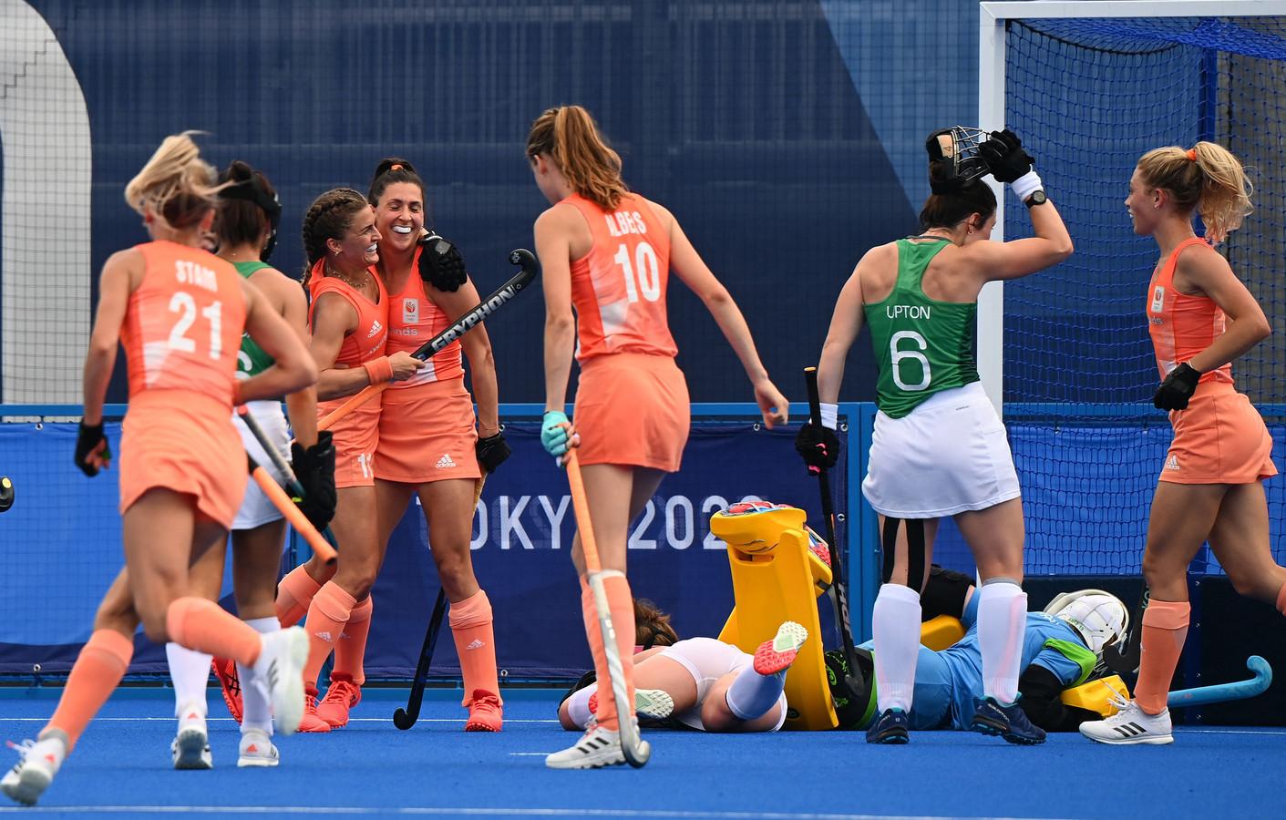 Speelsters van Nederland vieren een treffer.