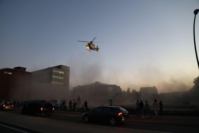 Een flinke stofwolk ontstaat onder de traumahelikopter.