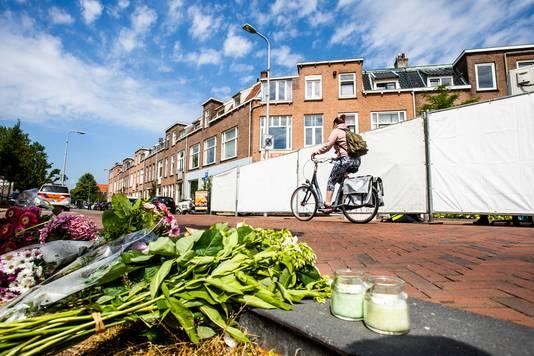 Bloemen voor het studentenhuis aan de Bosboomstraat in Utrecht, waar de 24-jarige Laura Korsman om het leven is gebracht.