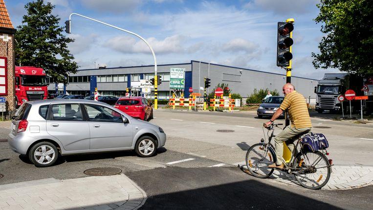 De werken aan het kruispunt, dat onder meer een breder en afgescheiden fietspad krijgt, duren nog tot november.