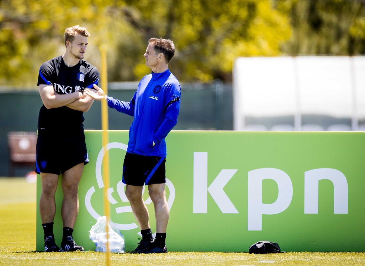 Matthijs de Ligt (l) in gesprek met bondscoach Frank de Boer.
