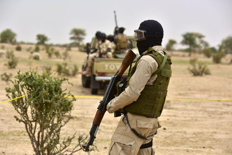 Een soldaat patrouilleert in Niger.