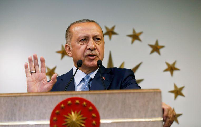 De Turkse president Erdogan houdt een toespraak op de nationale televisie nadat hij is uitgeroepen tot winnaar van de verkiezingen. Erdogan heeft een nieuw presidentieel stelsel geïntroduceerd dat het parlement naar de achtergrond zal verdrijven.  Beeld AP