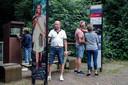 Drukte bij de informatiezuil en bij het Romeins waterwerk, aan de Oude Kleefsebaan in Berg en Dal, sinds deze week werelderfgoed.