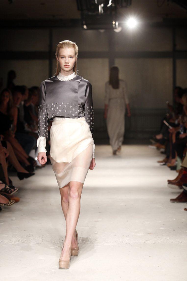 Een model showt donderdagavond in Amsterdam een ontwerp uit de collectie van mode-ontwerper Claes Iversen. Beeld null