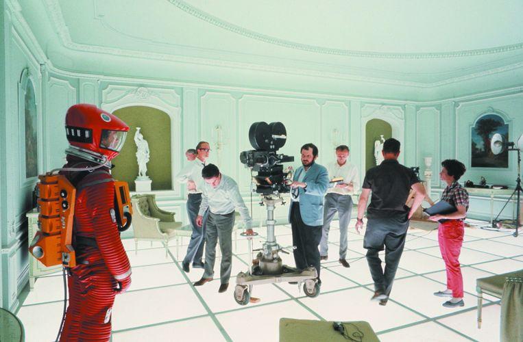 Kubrick instrueert acteur Keir Dullea tijdens de slotsequentie in de hotelkamer. De tentoonstelling in Frankfurt bevat geen outtakes of gewiste scènes, ook al bestaan die wel.