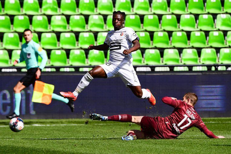 Jérémy Doku van Rennes springt over een glijdende Metz-verdediger. Beeld ICONSPORT