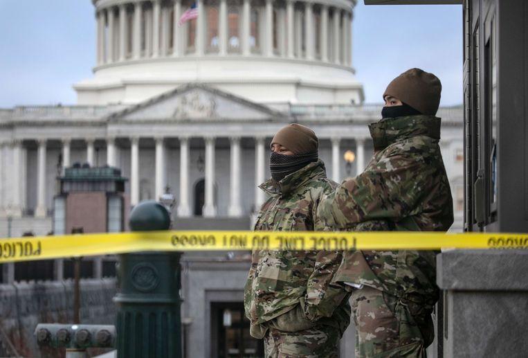 Leden van de Nationale Garde staan op wacht bij het Capitool in Washington.  Beeld AFP
