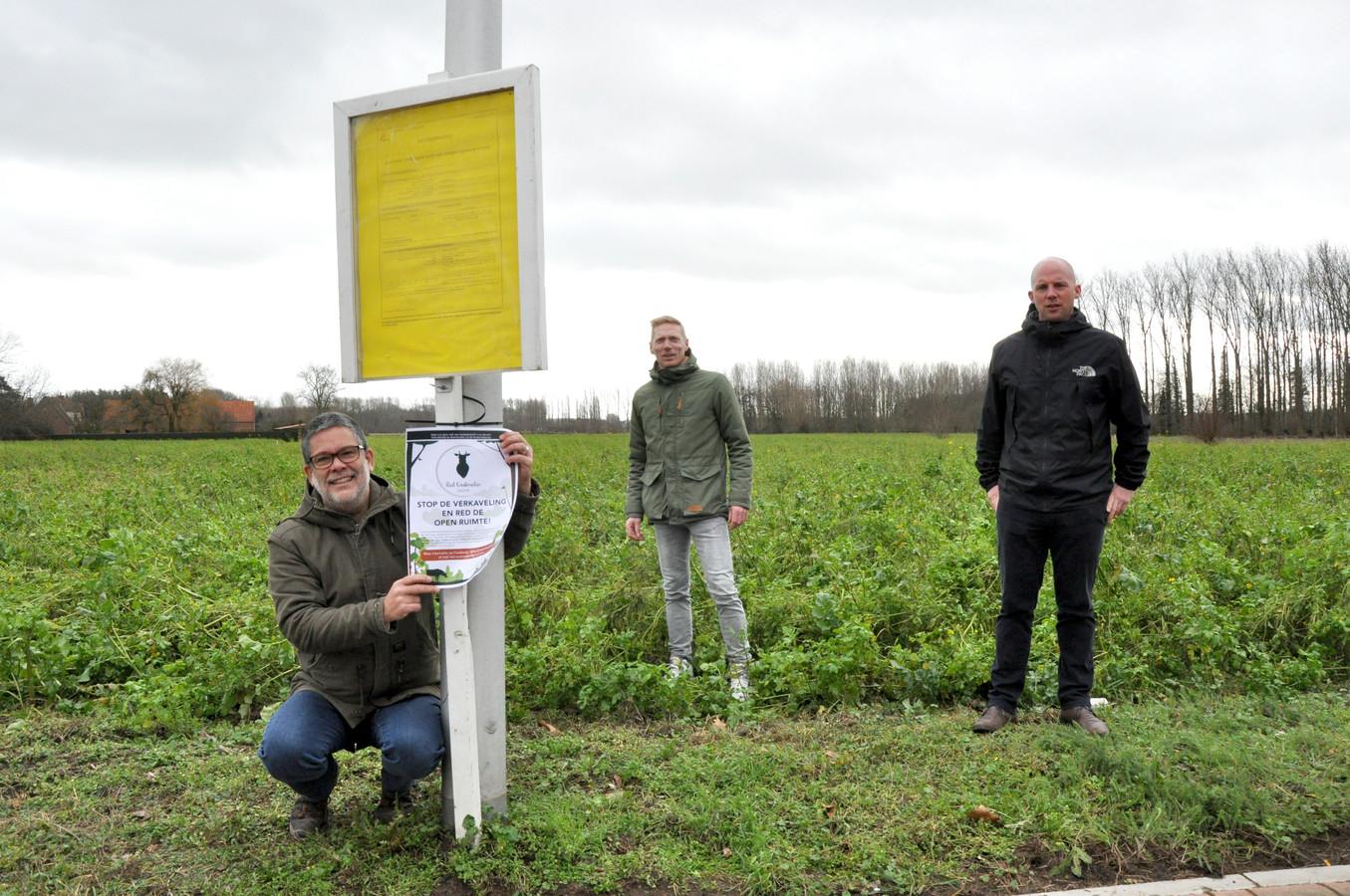 Gie Van den Eeckhaut, Jurgen Van Eeghem en Diedrik Snoek van Red Oostmolen, bij de verkavelingsaanvraag.
