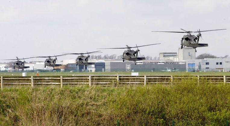 Vijf helikopters op weg naar de vliegbasis in Wevelgem in 2014. In een van de toestellen zit allicht Barack Obama, voor zijn bezoek aan de militaire begraafplaats. Beeld BELGA