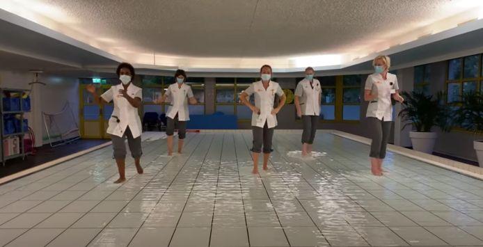 In de video dansen medewerkers van alle afdelingen mee. Van verpleegkundigen en fysiotherapeuten tot revalidatieartsen en managers.
