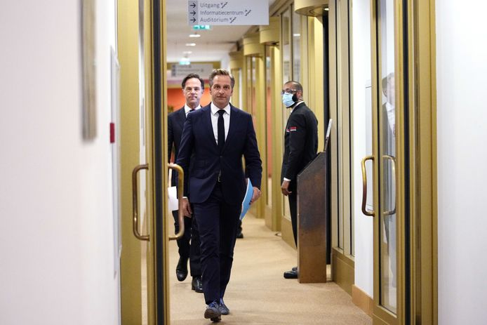 Premier Mark Rutte en coronaminister Hugo de Jonge voorafgaand aan de extra ingelaste persconferentie.