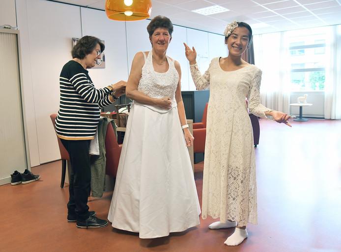 Bep Bostelaar, Rosita Mesu en Rosanne Pieters (vlnr) zijn bezig met de voorbereidingen voor de themaweek over trouwen bij Getij.