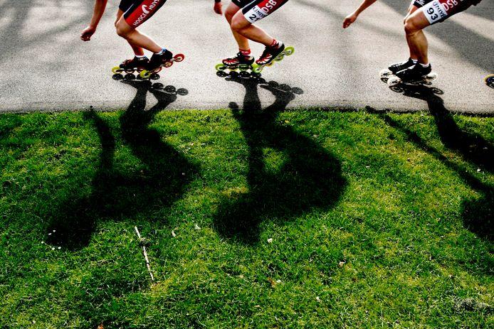 2006-05-03 13:06:00 HEERDE - De schaatsploeg van DSB, onder leiding van Jac Orie, meldt zich woensdagmorgen bij het skeelercentrum in Heerde voor het begin van een nieuw seizoen. De schaatsers Marianne Timmer, Antoinette Gerritsen, Simon Kuipers en Mark Tuitert zullen samen met de nieuwelingen Boris Kucsmirak en Ted-Jan Bloemen het DSB Schaatsteam voor komende winter vormen. ANP PHOTO RICK NEDERSTIGT