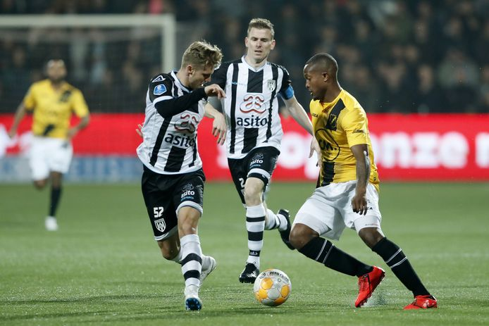Gervane Kastaneer (rechts) is definitief speler van PEC Zwolle.