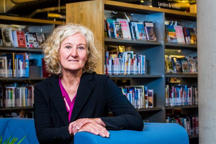 """De bibliotheek is een 'down-to-earth' organisatie. """"Dat informele karakter past goed bij mij. Ik ben niet zo'n directeurstype"""", zegt Frederique Westera, de nieuwe directeur van de bibliotheken in Hengelo, Oldenzaal en Hof van Twente."""