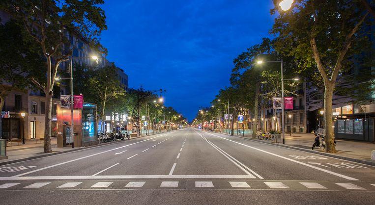Een verlaten straat, de Passeig de Gracia, in Barcelona. Spanjaarden moeten in principe binnen blijven. Beeld Getty Images