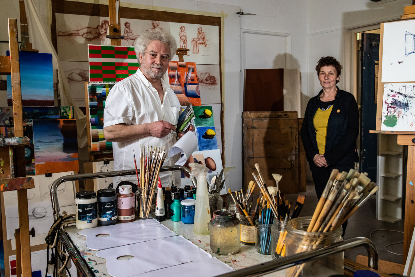 Fikret Devedzic (l) is een van de kunstenaars met een atelier in het Panta Rhei-gebouw. Samen met Lies Kortenhorst en een paar andere huurders probeert hij de mogelijke sloop van het pand tegen te houden.