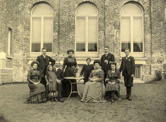 Het gezin, staand: Joseph, Maria, Albert, Leon en Oscar; zittend: Madeleine, Irma, Charles, Marie-Euphonie en Magdalena.