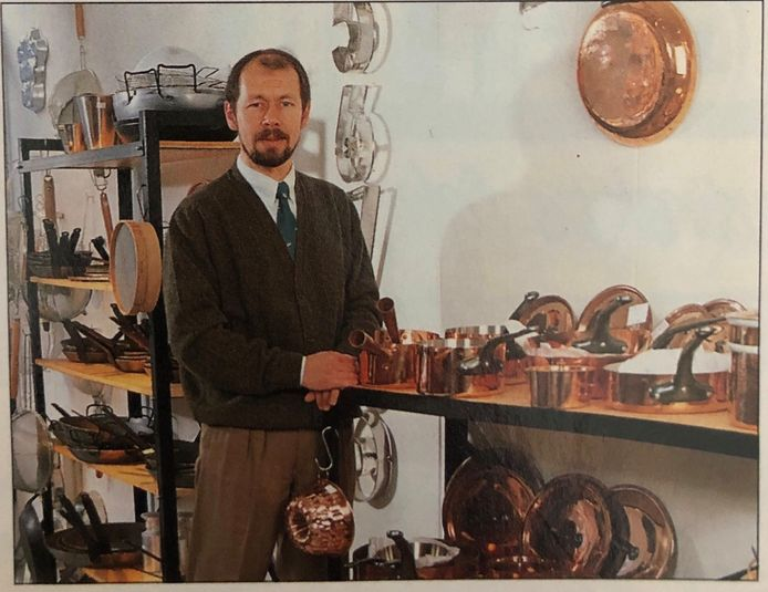 Frank bij zijn koperen pannen in kookwinkel 'En Garde'.